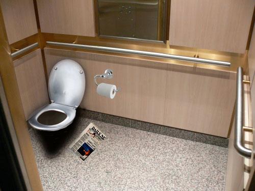 toilet trong thang máy nhạt bản